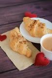 早餐用新月形面包为情人节 免版税库存图片