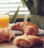 早餐用新月形面包 免版税库存照片