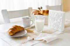 早餐用新近地被烘烤的新月形面包 免版税库存图片