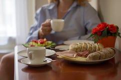 早餐用新鲜的咖啡和三明治 免版税库存照片