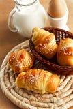 早餐用新鲜的新月形面包和牛奶 免版税图库摄影