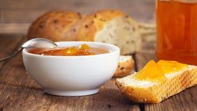 早餐用杏子果酱和面包片 免版税库存照片