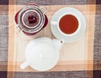 早餐用果酱和茶在桌上 免版税库存图片