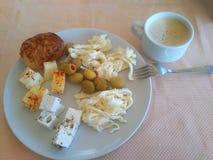 早餐用橄榄、乳酪、面包和咖啡 库存图片