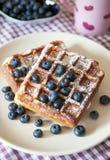 早餐用比利时华夫饼干和新鲜的蓝莓 免版税库存照片