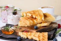 早餐用比利时华夫饼干 免版税库存照片