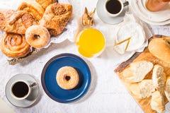早餐用法式酥皮点心、面包、乳酪和咖啡 免版税库存照片