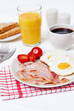 早餐用煎蛋和烟肉 库存图片