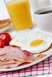 早餐用煎蛋和烟肉 免版税库存图片