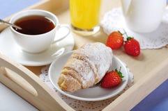 早餐用茶和新月形面包 免版税图库摄影