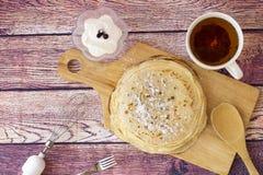 早餐用薄煎饼和茶 库存图片
