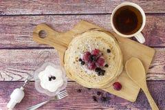 早餐用薄煎饼和茶 免版税库存图片