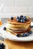早餐用薄煎饼和莓果 免版税图库摄影