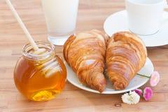 早餐用蜂蜜和新月形面包 库存图片