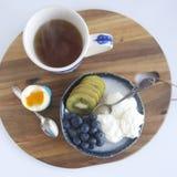 早餐用酸奶和果子 库存图片
