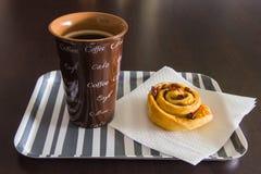 早餐用coffeee和葡萄干奶油蛋卷 库存图片