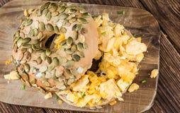 早餐百吉卷用煎蛋(选择聚焦) 免版税库存图片