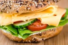 早餐百吉卷(用乳酪;选择聚焦) 免版税库存图片