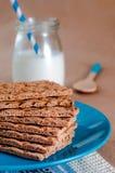 早餐的健康食物概念用薄脆饼干和牛奶 免版税库存图片