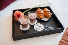 早餐盘子在床上 库存图片