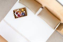 早餐盘子大角度看法在床上的 库存照片