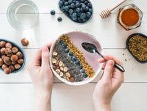 早餐碗在妇女手上 免版税库存照片