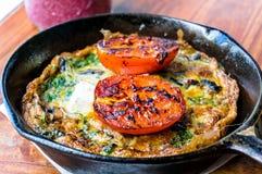 早餐膳食、煎蛋卷与绿色和蕃茄 库存图片