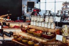 早餐自助餐在餐馆开放厨房里 库存图片