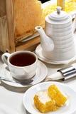 早餐茶用蜂蜜 库存图片