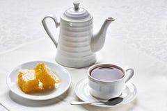 早餐茶用蜂蜜 免版税图库摄影