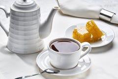 早餐茶用蜂蜜 免版税库存照片