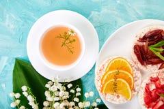 早餐茶,米薄脆饼干 图库摄影