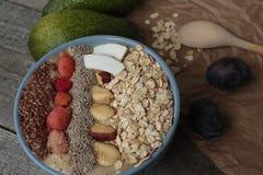 早餐莓果圆滑的人碗冠上了用莓, Chia,亚麻籽,椰子,坚果 库存照片