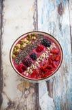 早餐莓果圆滑的人碗 库存图片