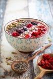早餐莓果圆滑的人碗 图库摄影