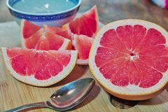 早餐葡萄柚服务 免版税库存图片