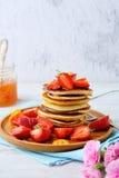 早餐薄煎饼用新鲜的草莓 库存照片