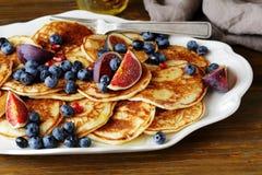 早餐薄煎饼用无花果,蓝莓 库存照片