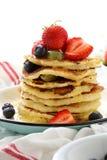 早餐薄煎饼woth新鲜的莓果 免版税库存图片