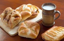 早餐蛋糕和牛奶 免版税库存图片