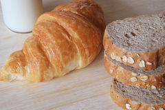 早餐设置了用全麦面包牛奶和新月形面包 库存图片
