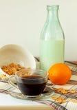 早餐谷物、牛奶和一杯咖啡 库存图片