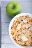 早餐谷物用切成小方块的和新鲜的苹果 免版税库存图片