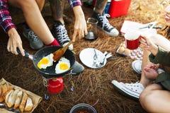 早餐豆蛋面包咖啡野营的旅行概念 免版税库存照片