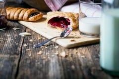 早餐酥皮点心用果酱和牛奶 库存图片