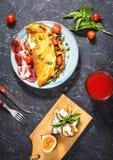 早餐采蘑菇煎蛋卷和三明治用无花果在石背景 顶视图 免版税库存照片