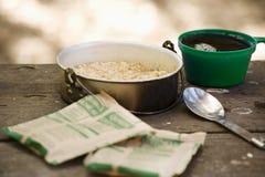 早餐野营的燕麦粥 库存照片