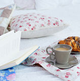 早餐静物画用咖啡、新月形面包和书 免版税库存照片