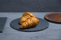 早餐,两个新月形面包有在灰色背景,被定调子 顶视图,您的文本的地方 在低调的照片 库存照片