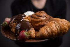 早餐,两个新月形面包有在灰色背景,被定调子 顶视图,您的文本的地方 在低调的照片 免版税库存图片